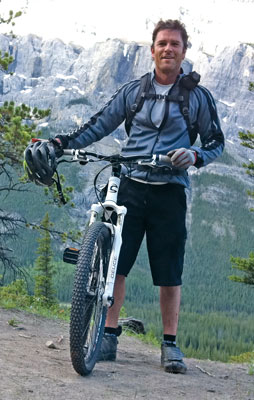 Yannick-and-his-bike-in-Banff-National-Park-in-front-of-Tunnel-Mountain-and-Sleeping-Buffalo-Mountain